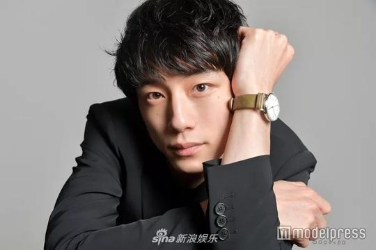 组图:坂口健太郎接受日媒专访 一身黑西装清爽帅气