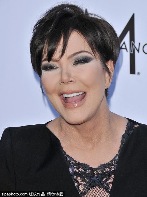 卡戴珊老妈Kris Jenner与男友亮相妆容浓艳魅力十足