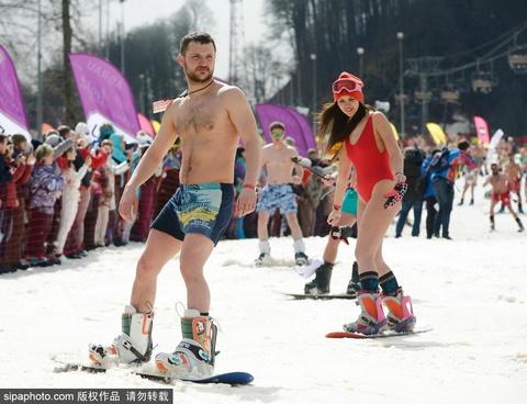 高山滑雪嘉年华 比基尼美女云集不惧寒冷
