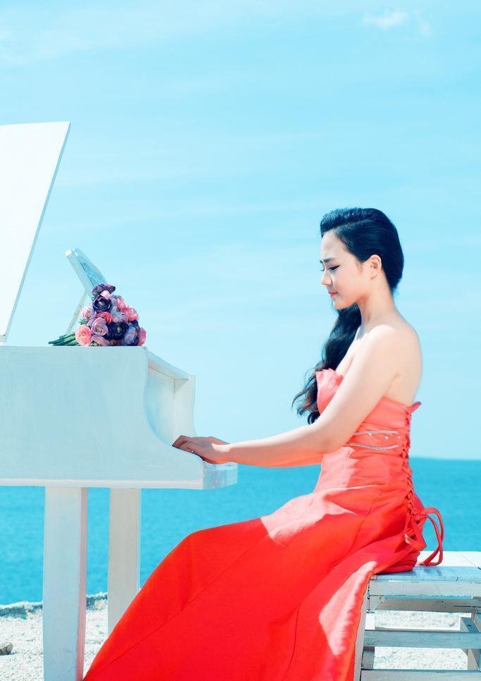 表情 穿长裙海边弹钢琴图片 图片大全 表情