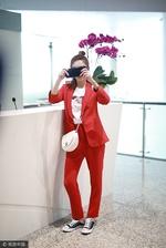 江疏影穿一身红色套装超惹眼 与粉丝互拍