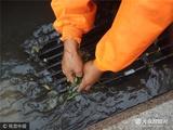 """济南""""最美清洁工"""" 手掏30多个井盖垃圾"""