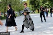 组图:弗里德曼黑超遮面穿长裙 别具民族风