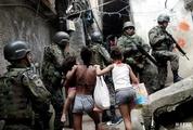 巴西黑帮火拼警方出动 贫民窟民众淡定围观