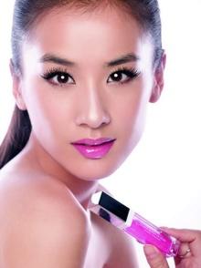 黄圣依代言彩妆品牌 展现青春亮丽本色