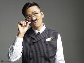王宝强西装领带写真 卖萌搞怪与英伦绅士兼备