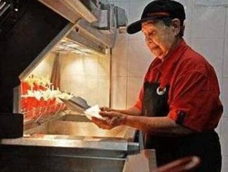 94岁老奶奶快餐店工作44年 仍不打算退休