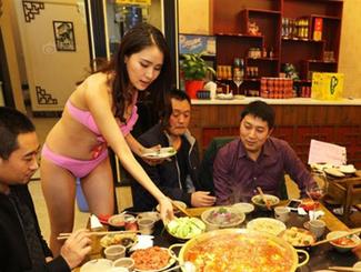 火锅店雇比基尼美女穿串串 女顾客称再也不带男友来