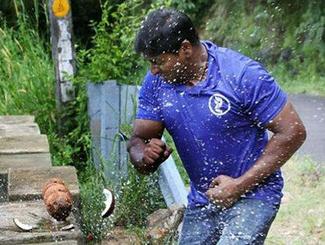 男子一分钟徒手敲碎124个椰子 刷新世界纪录