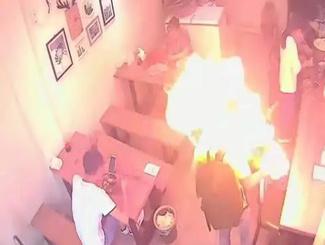男子点烟时打火机突然爆燃  监控记录惊险瞬间