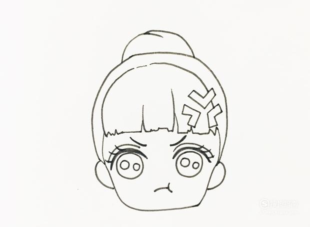 后面的头发扎成团,并在额头位置画上一个表示生气的图案.