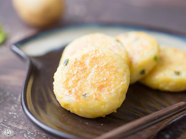 不用面粉做的简单小饼,松软可口好吃极了!