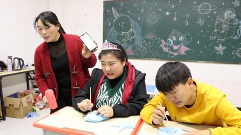 学生玩粘土版鱿鱼游戏,冬冬手抖被淘汰出局,小晴能完成任务吗