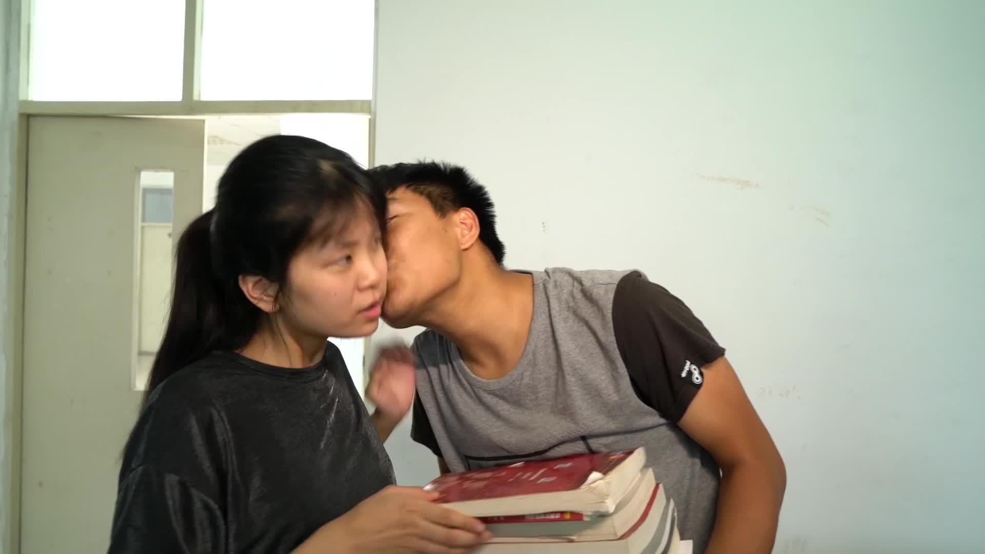 女生亲男声被老师表扬,男生亲吻女生,却被老师定义为耍流氓!