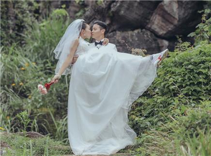 蔡少芬穿婚纱被公主抱
