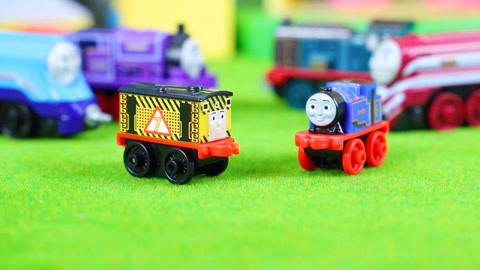 托马斯小火车:惊喜袋玩具分享 拆到安静的贝尔火车