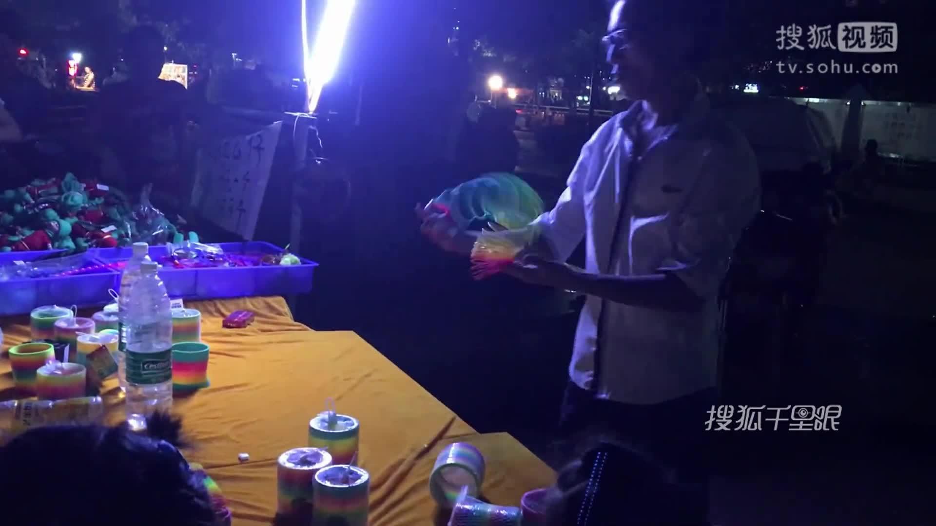 """【深圳】小伙街头玩""""彩虹圈""""行云流水 技术超牛如变魔术"""