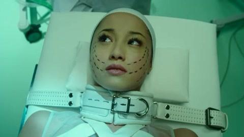 少女整形手术时痛苦难忍
