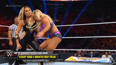 两位金发美女拳台上一较高低
