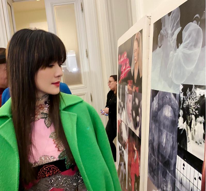 45歲田海蓉剪瞭劉海更顯嫩,外套顏色綠油油,滿滿年輕時髦感