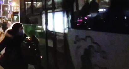 攆不上直接砸?青島一女子追趕公交車用臉盆敲打車身