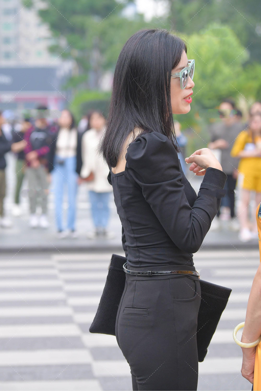 攝影:寬松長袖上衣,搭配黑色喇叭褲,同深色系穿搭