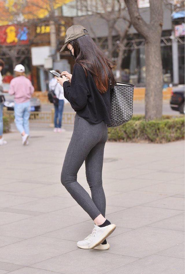 緊身健美褲搭配黑色衛衣,顯瘦又很前衛,越看越高級