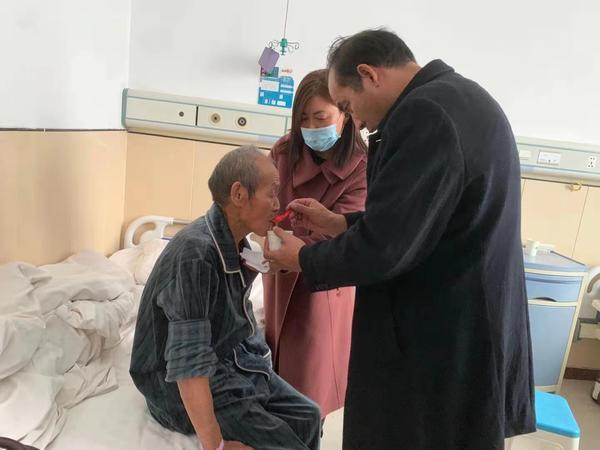 沒有血緣卻比親人還親!河南一村民無悔照顧八旬孤寡老人引佳話