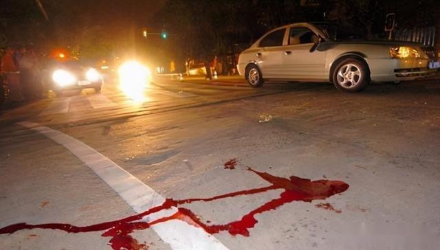 青島一男子開車撞到前妻後,提著一把刀走瞭過去!路人阻止,結果太晚瞭
