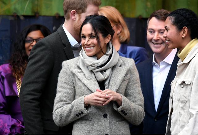 梅根不當王妃後一樣高貴,穿灰色大衣配闊腿褲,氣質驚艷太美瞭