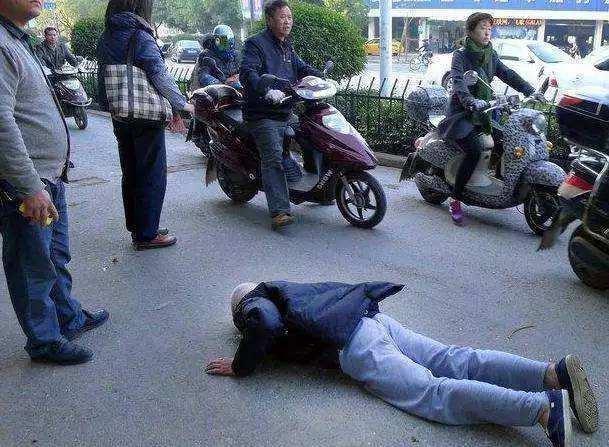南寧街頭老人摔倒,眾人圍觀無人扶,再次拷問國人靈魂