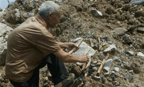 湖北公路因一場雨沖出3000具屍骸,73歲老人老淚縱橫:俺知道身份