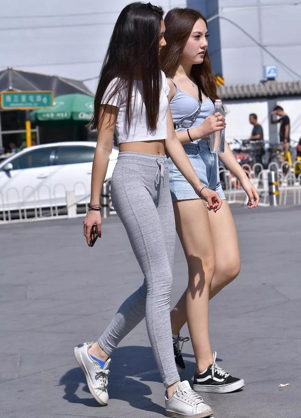 街拍美女:小姐姐彈力褲搭配白色運動鞋,時尚陽光又可愛