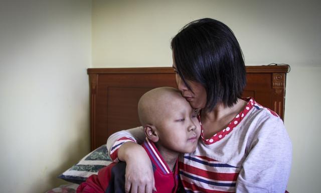 """安徽一男童出生即被醫生下瞭""""判決書"""",母親為救他拼命生下二寶"""