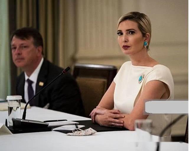 伊萬卡焦頭爛額忙著開會,穿搭簡約表情嚴肅,金發黑瞭大半懶得染