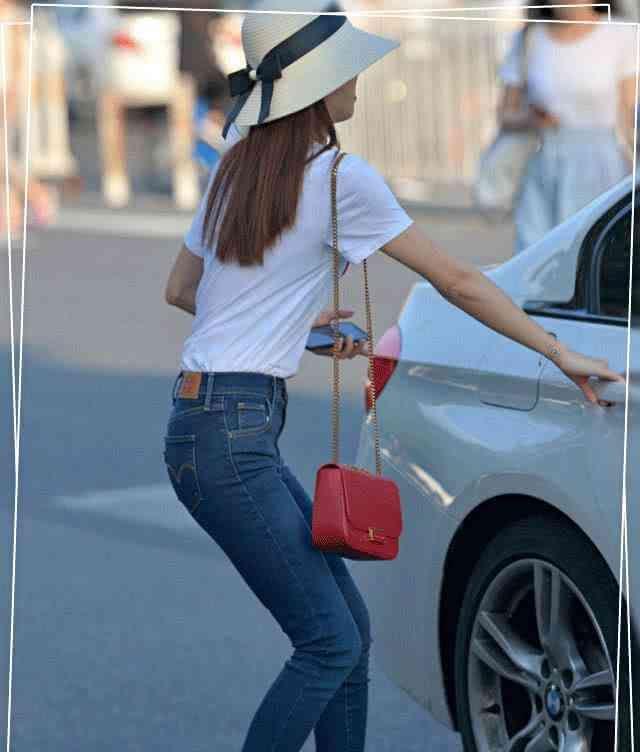 牛仔裤个性十足的版型,摆脱了固定的思维,时尚给人很强的视觉性插图