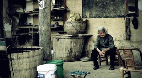 被兒子逼的離傢出走,五年後她帶著二十萬回傢,卻把錢捐瞭