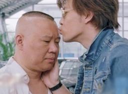 """《车在囧途》宣传片 郭德纲、许绍洋当街""""基吻"""""""