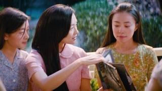 王敏佳向同学们展示自己当年和主席的合影 但谁知这是虚荣的谎言