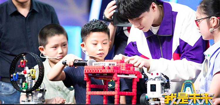 """戴春荣被""""自己""""惊呆 王博文现场与机器人PK俯卧撑"""