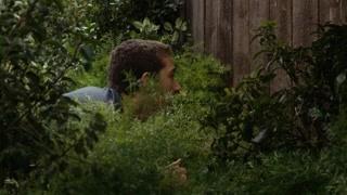 男子在家偷窥邻居被发现?  吓死宝宝了