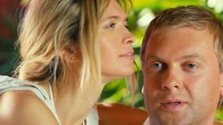 夫妻出门旅游老公放不下工作  趁着妻子不在的间隙偷偷工作