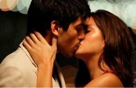 蛇蝎女佣:标准欧美型男喷泉旁热吻美女
