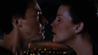 班纳与罗斯在直升机上吻别后跳下直升机与怪物决战
