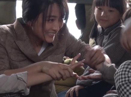《大轰炸》片场日记 马苏为小演员逗趣分糖果