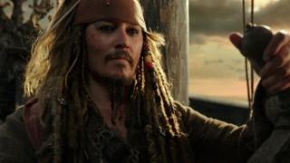 杰克船长再度回到自己的黑珍珠号上 他们通过星云去往更大的海洋