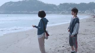 女主在沙滩边捡了好多碎贝壳 粉嫩嫩的真好看