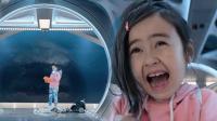 小萝莉专心在玩耍,巨齿鲨惊现,被吓哭!
