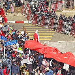 缅甸军警朝示威人群开火