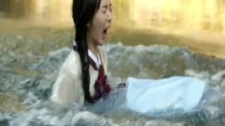 不小心把她碰到水里  男子却盯着她的胸看!